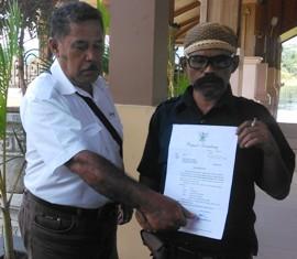 Ketua Perkot Dam Jatiber, Dajaya Albanik, menunjukan bukti undangan yang dikirim Bupati Sumedang ke OTD Jatigede, sayangnya bupati tak menemui para OTD dengan alasan Musrenbang.