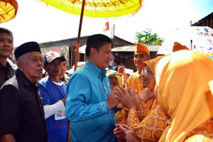 Bupati Sumedang saat bersalaman dengan warga Hariang.