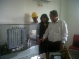 PIHAK pengembang saat memperlihatkan  maket  apartemen. Foto:Asnur/SO
