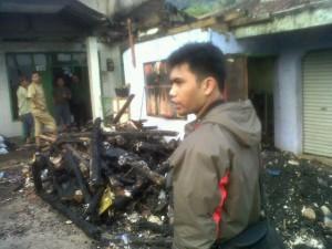 Puing kebakaran jadi bahan tontonan warga. Foto: Asnur/forkowas