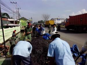 BERSIH-BERSIH: Sejumlah karyawan Kahatex saat melakukan bersih-bersih sungai, beberapa waktu lalu. Foto: IST