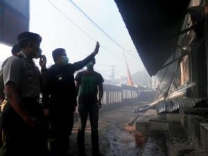 TINJAU: Bupati Sumedang saat meninjau terbakarnya pasar Wado.