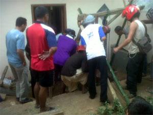 Saat evakuasi korban, Senin (29/9/2014).