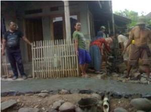 Warga Desa Mekarasih, Kecamatan Jatigede saat perbaiki gang.
