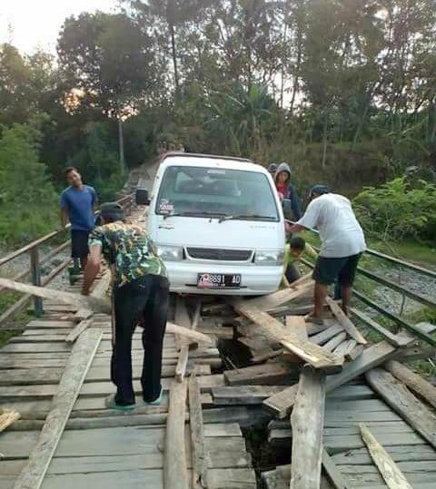 Penampakan jembatan Cibodas Surian yang rusak parah.